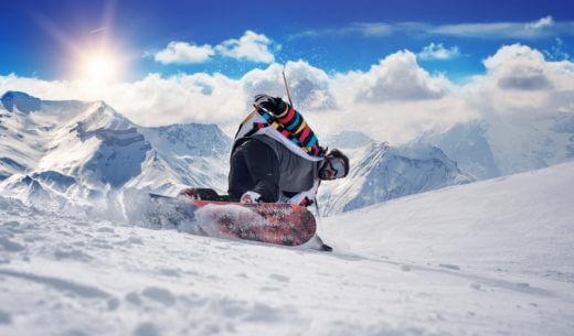 スノーボードする男性