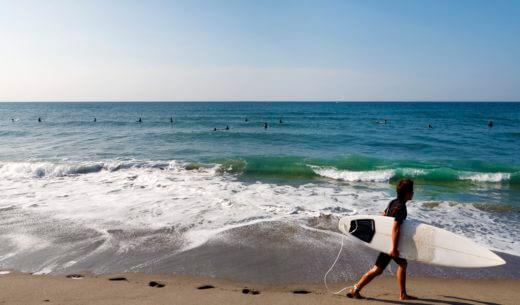 サーフボードを持つ男性