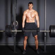 ウエイトトレーニングする男性
