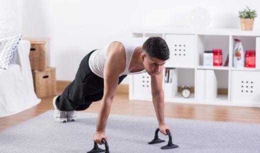 自宅でトレーニングをする男性