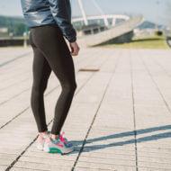 タイツを履いた女性ランナー