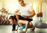 パーソナルトレーニングを受ける女性