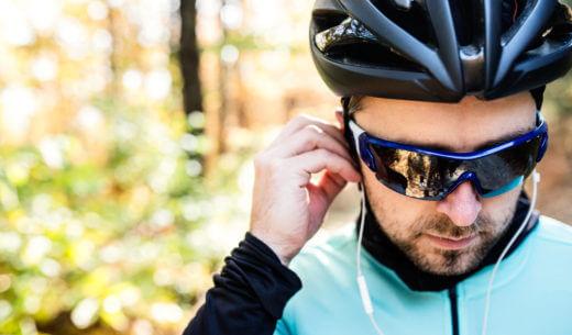 スポーツサングラスをかけているサイクリスト