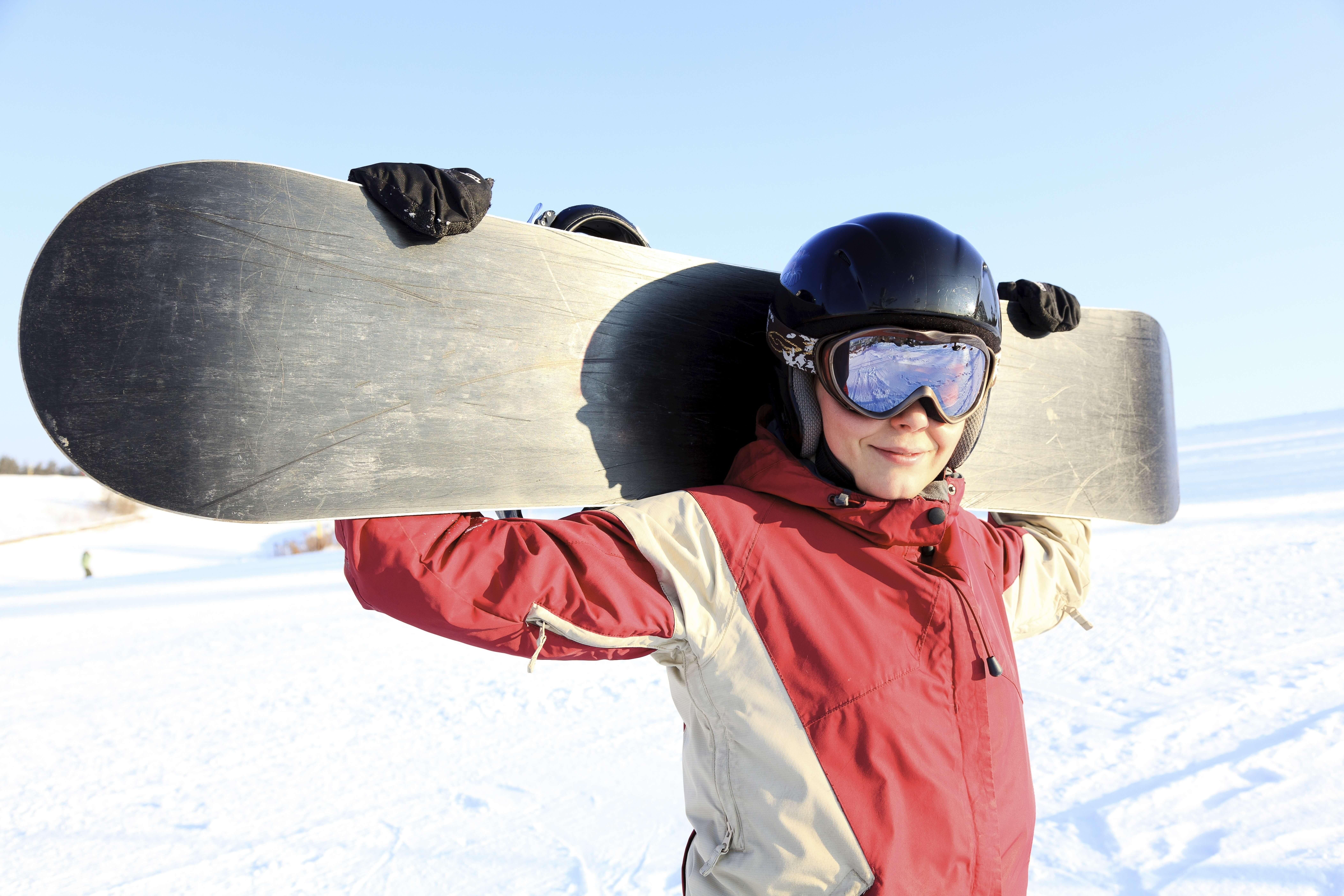 スノーボードを抱える男性