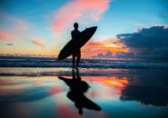 海岸に立つサーファー