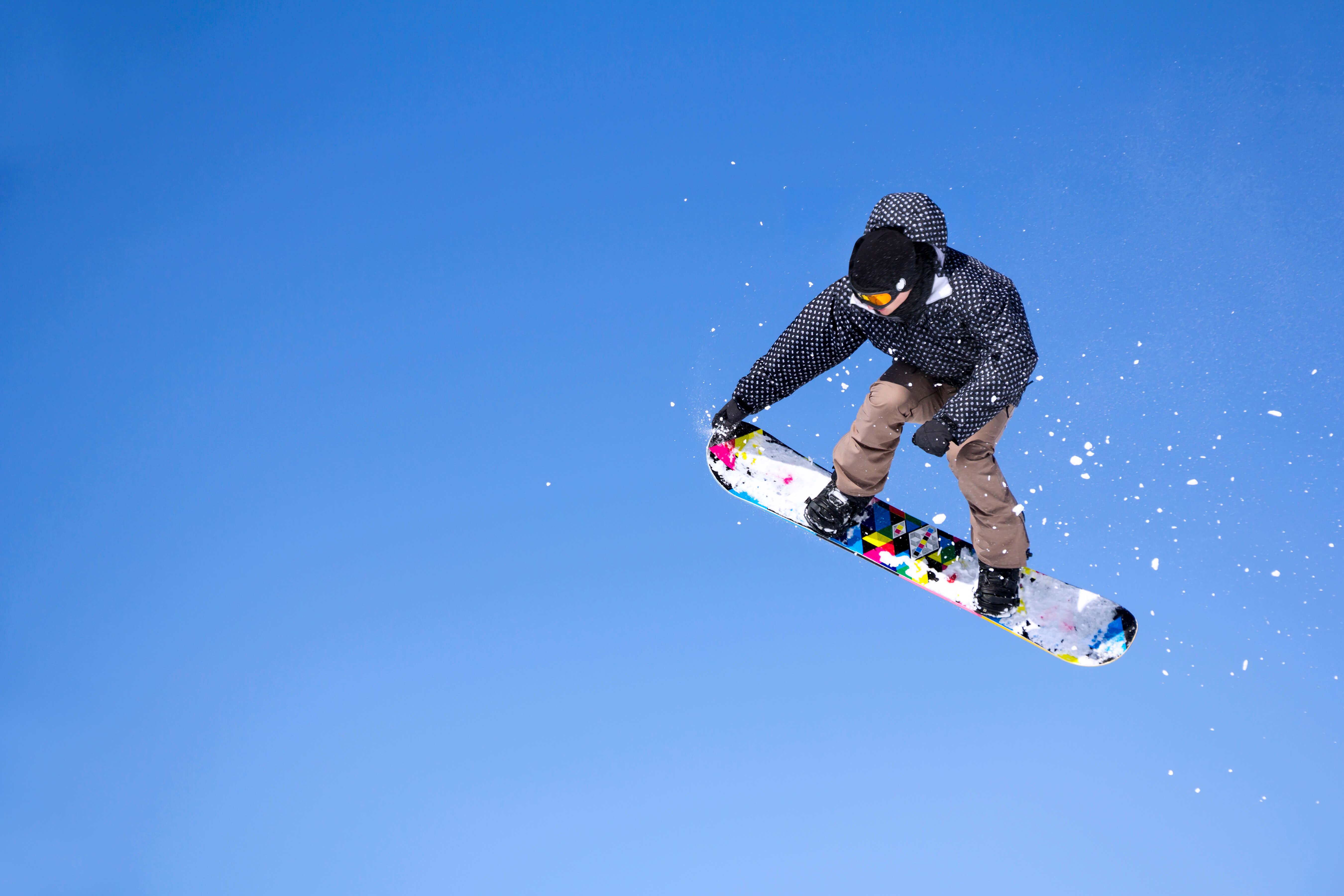 青空とスノーボーダー