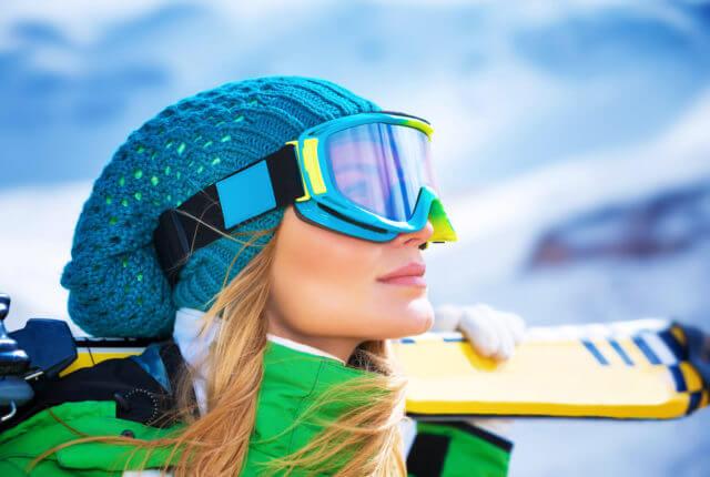 ニット帽をかぶったスキーヤー