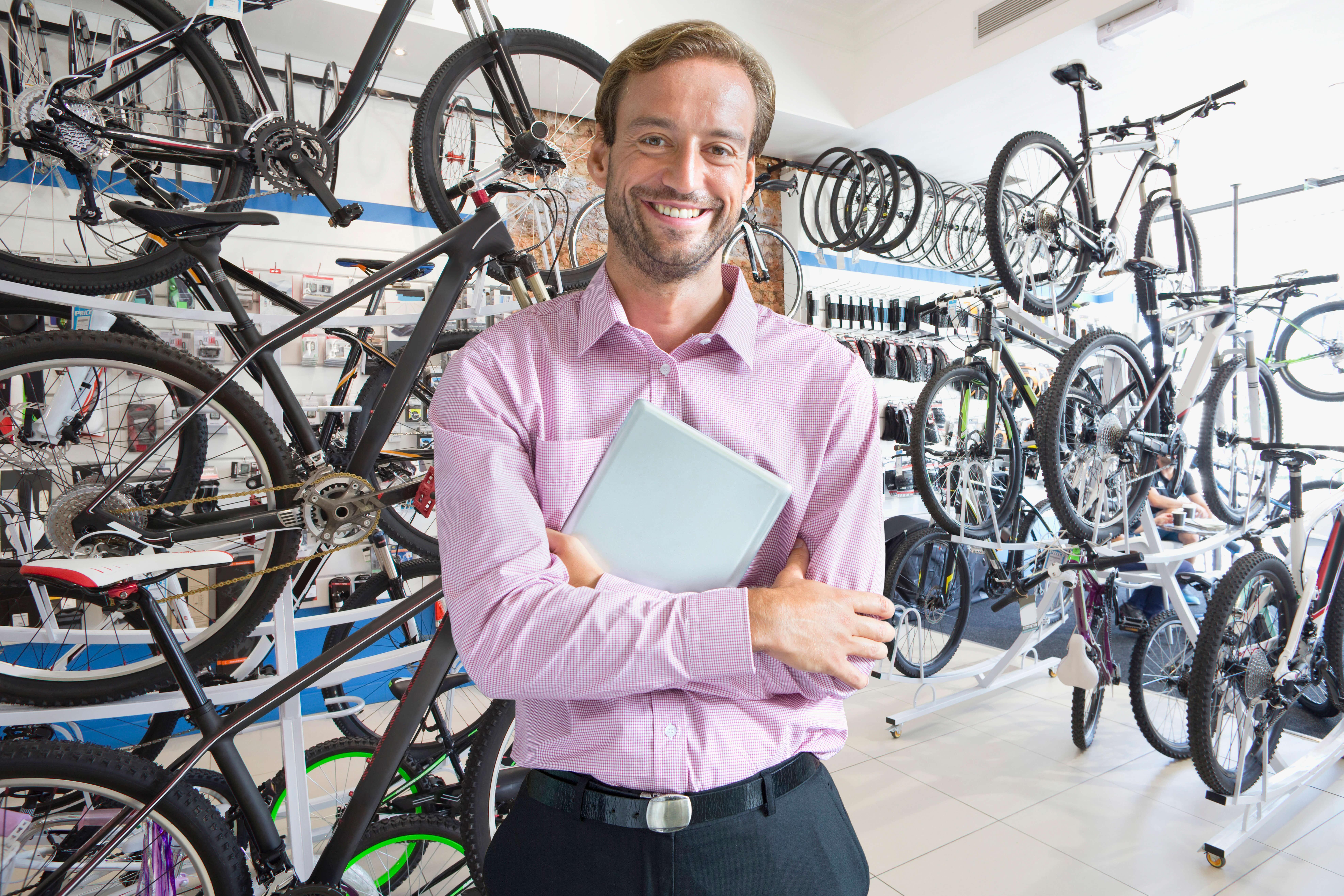 自転車ラックの前に立つ男性