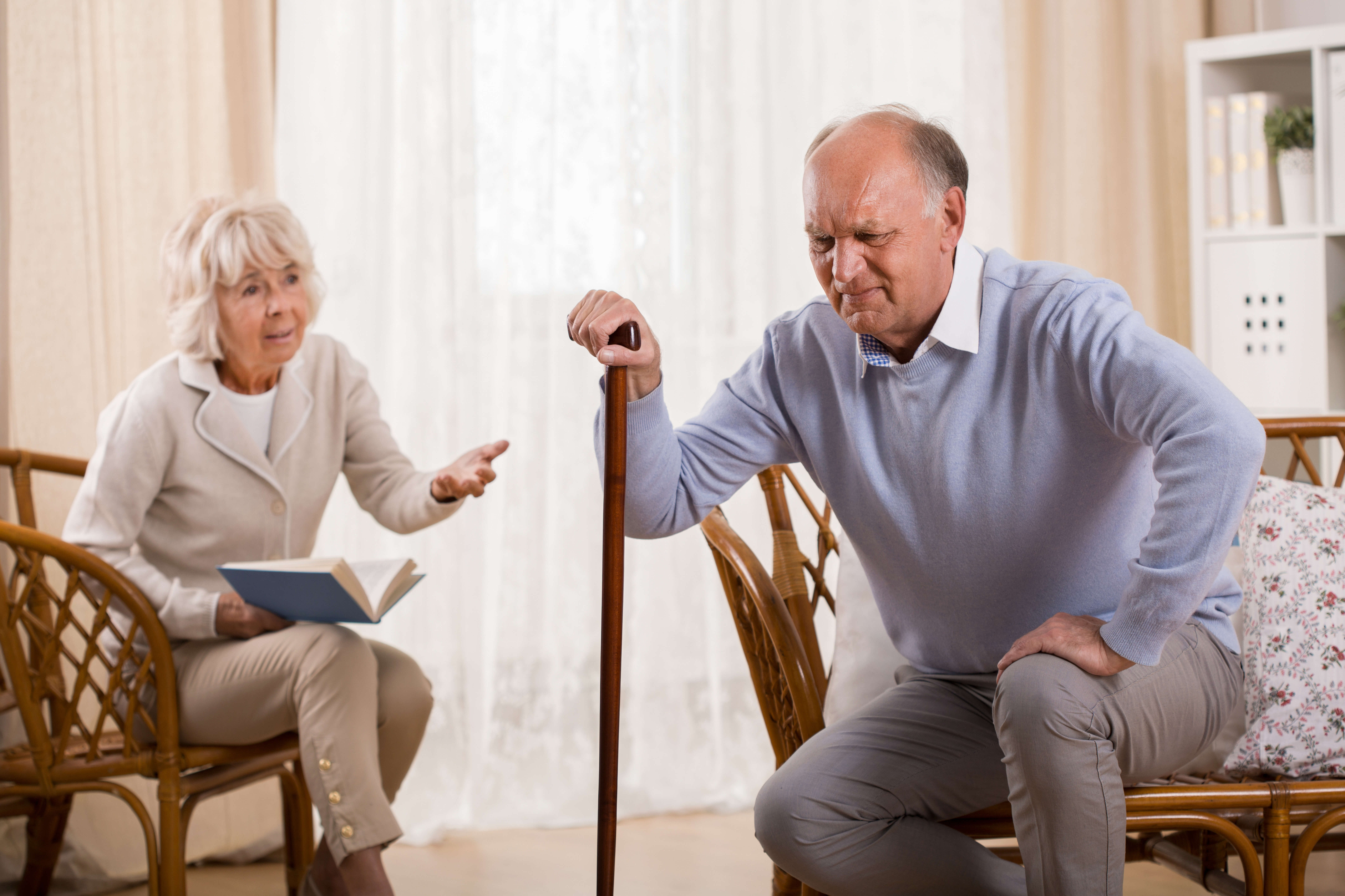 関節痛に悩む老人