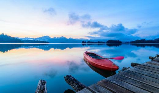 水面に浮かぶカヌー