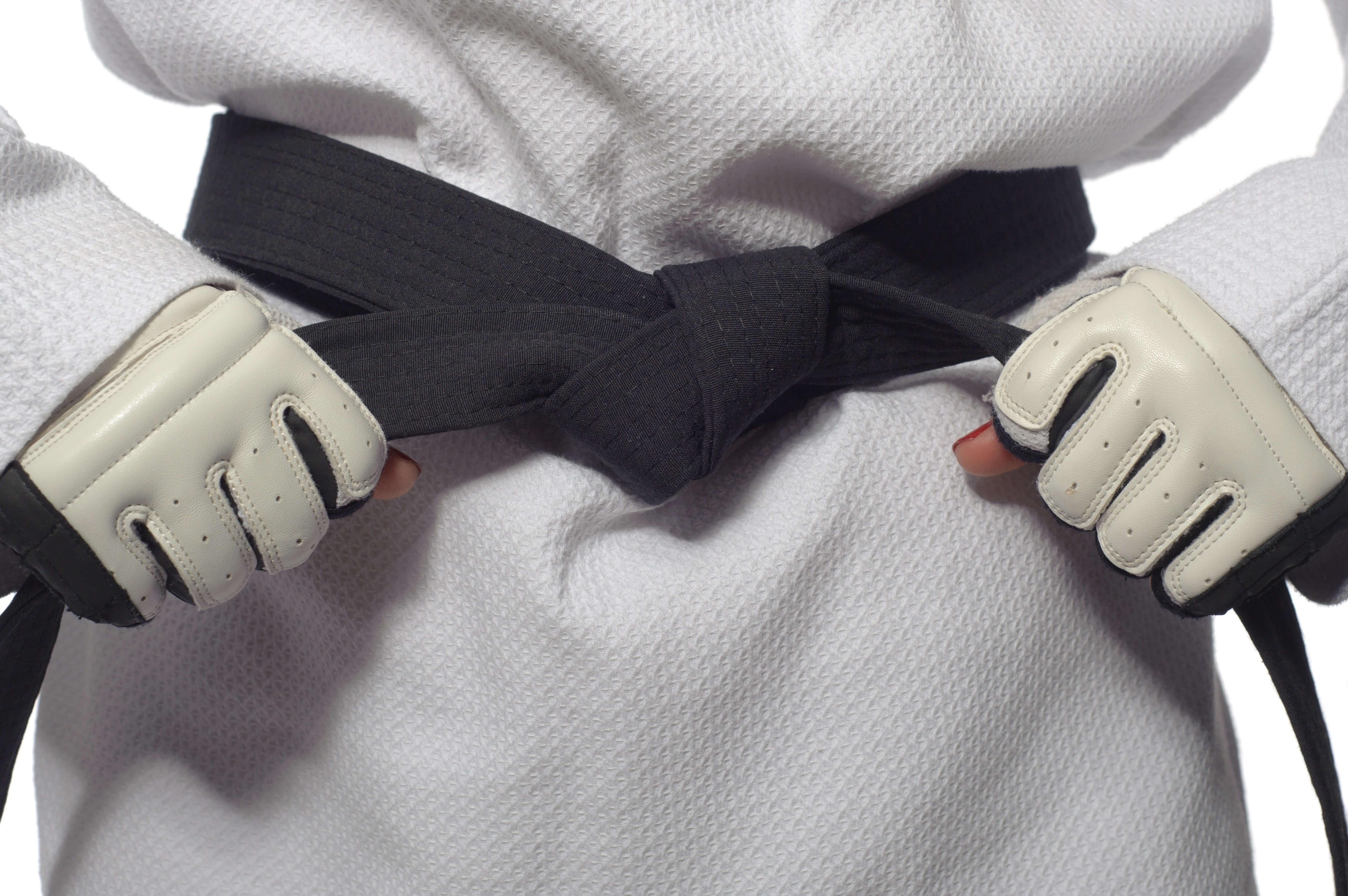 空手の帯を締める女性