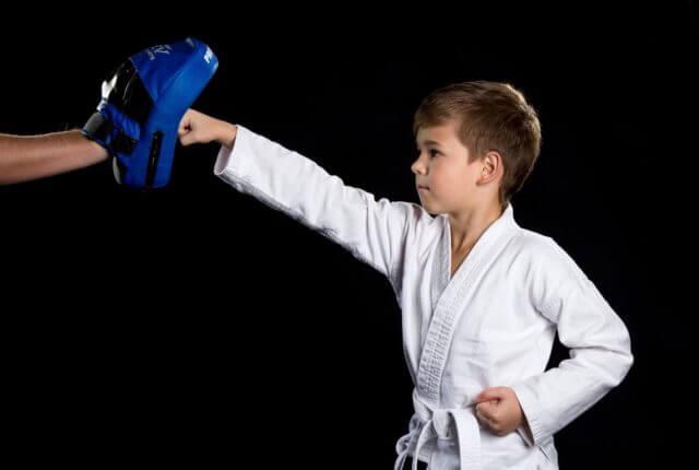 空手ミットを使用する少年