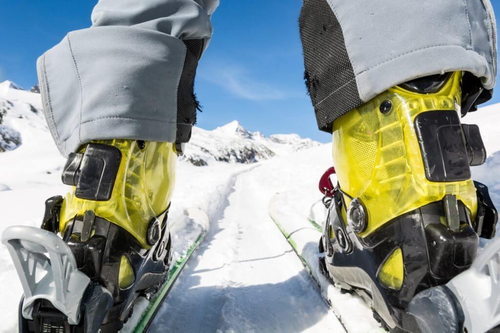 ゲレンデのスキーヤーブーツ
