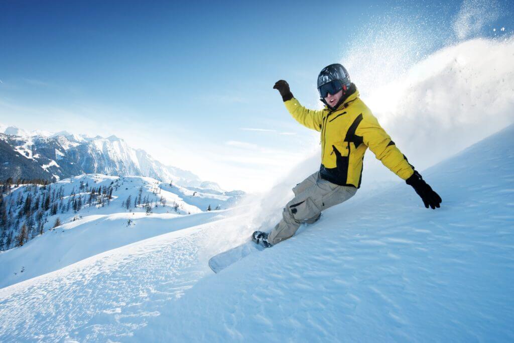 ゲレンデを滑走するスノーボーダー