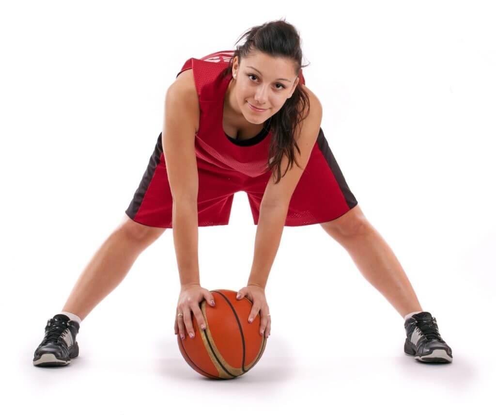 バスケットウェアを着た女性