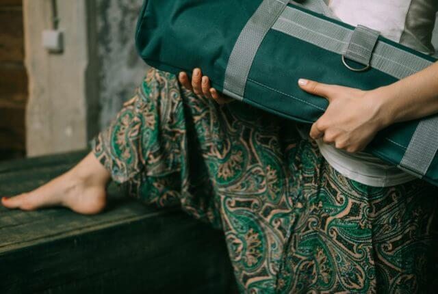 ヨガマットバッグを持つ女性