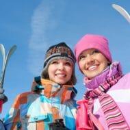 ストラップでスキーを持つ女性
