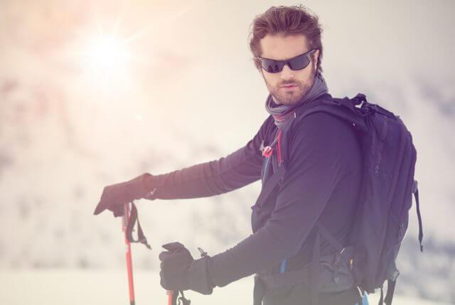 スキーサングラスを付けた男性スキーヤー