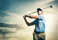 ゴルフクラブを振る男性