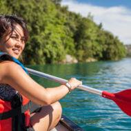 湖でカヌーを楽しむ若い女性