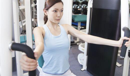 トレーニングマシンを使う女性