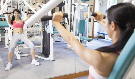 ウェイトマシンでトレーニングする女性