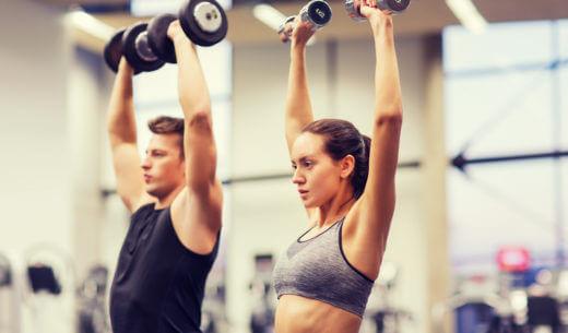 トレーニングする男女