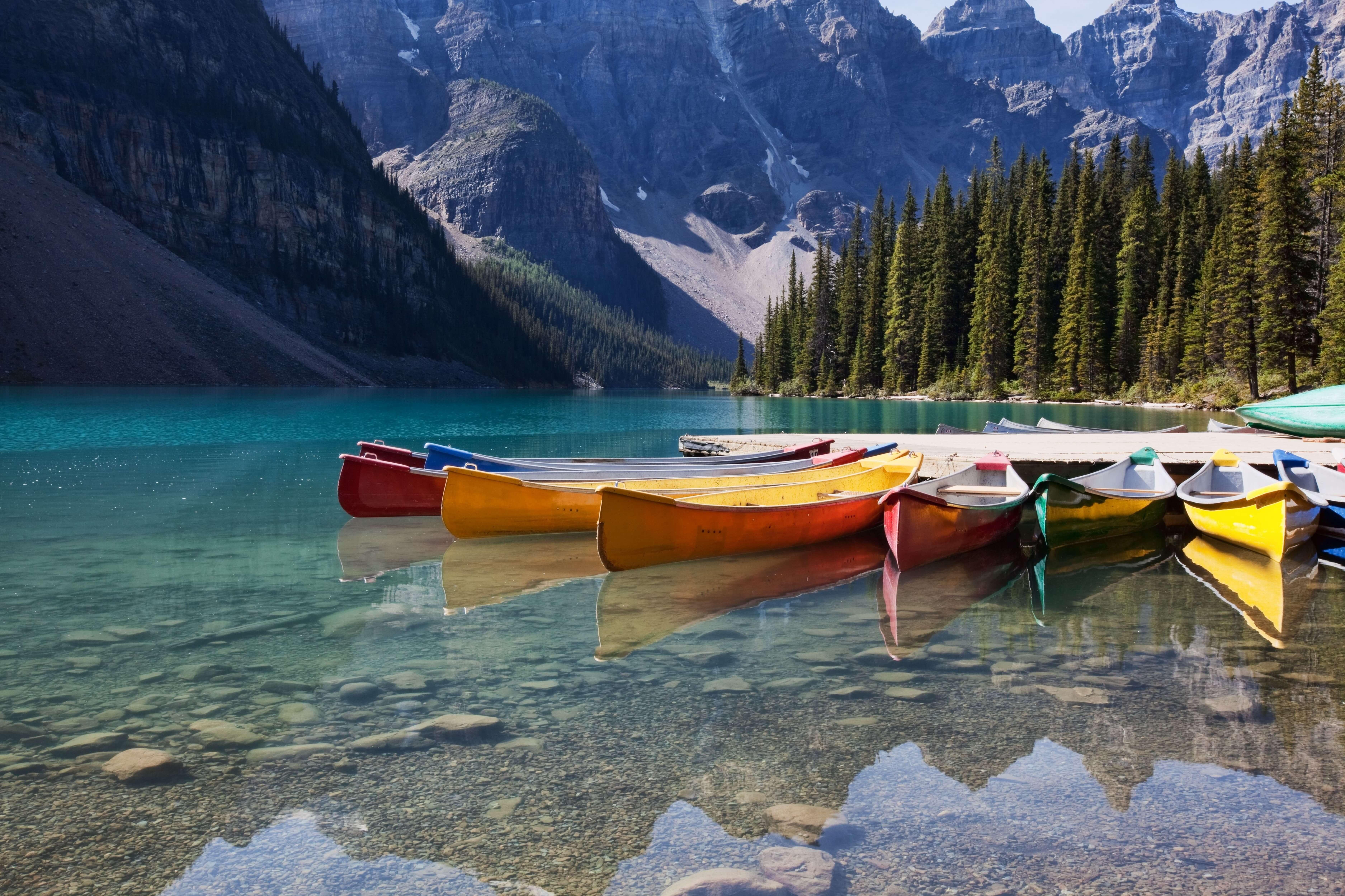 湖に浮かぶカヌー