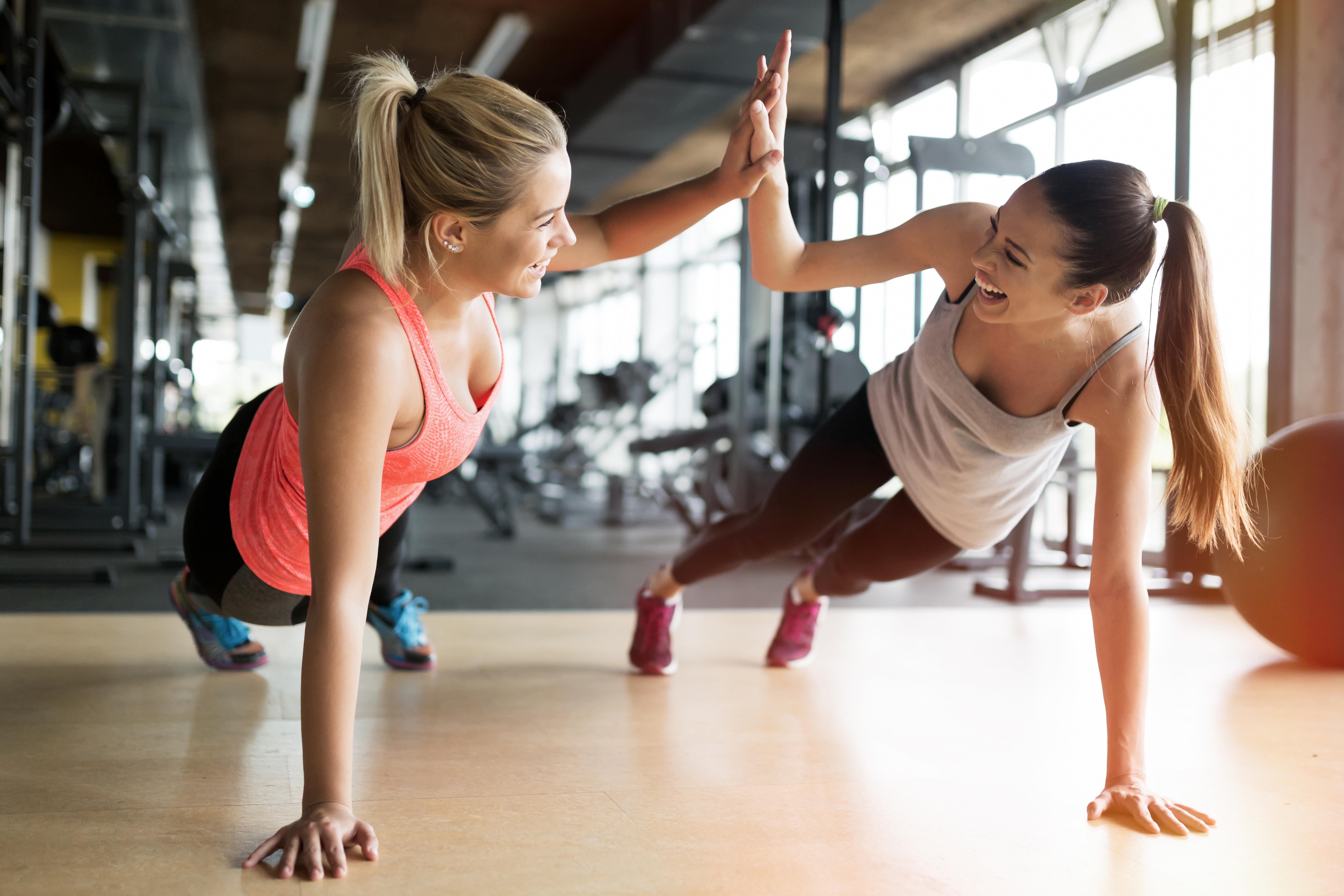 トレーニング中の女性2人