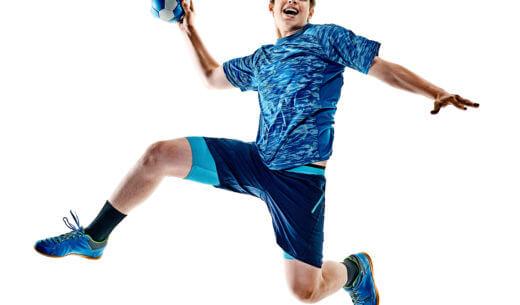 シュートするハンドボール選手
