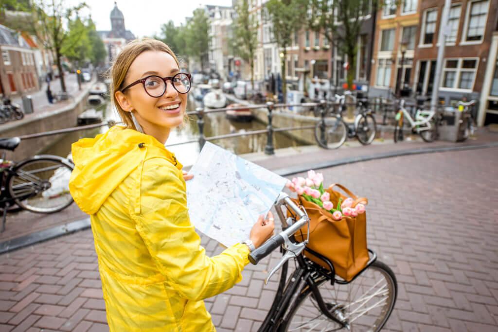 レインコートを着て自転車に乗る女性