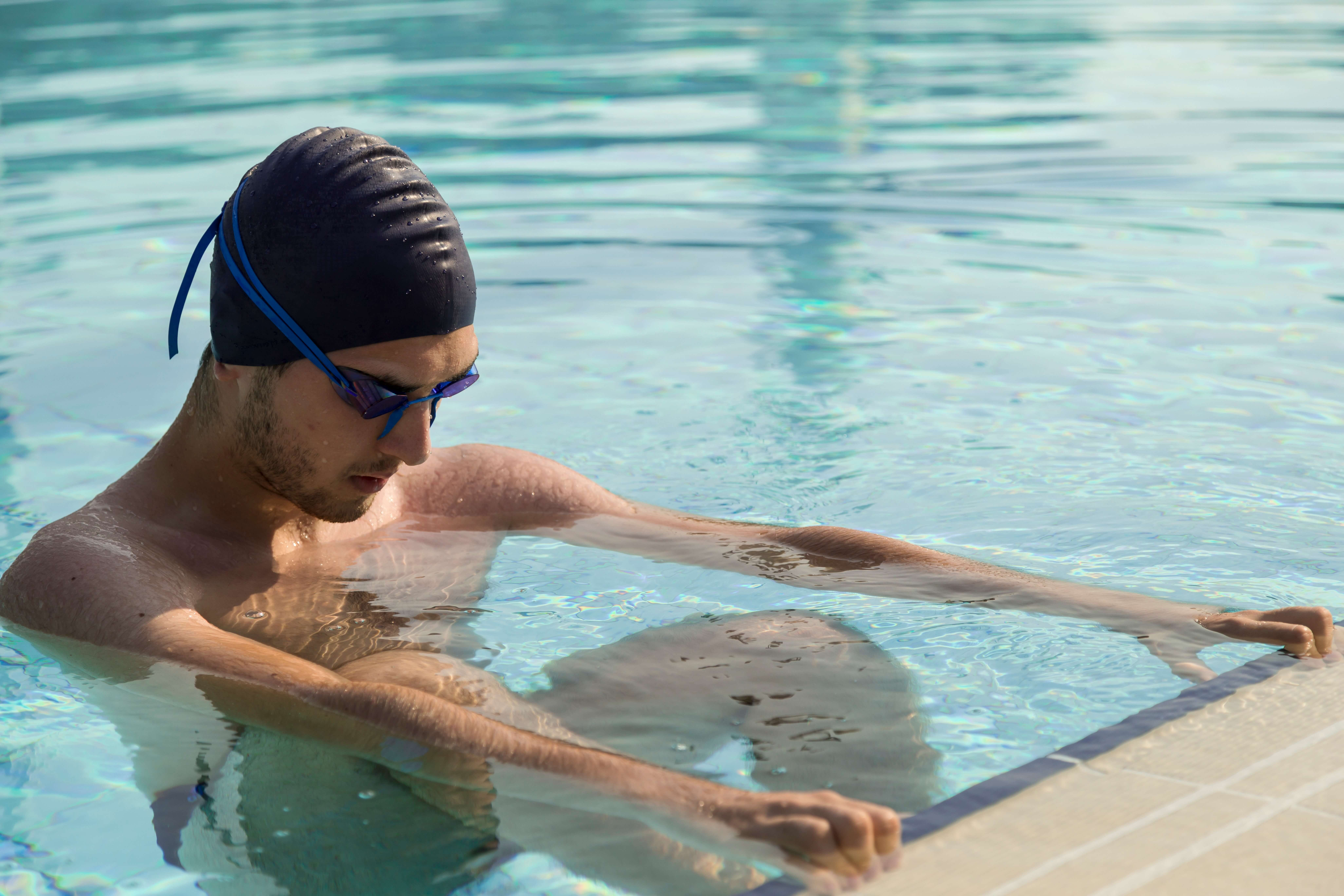 プールでトレーニングをする男性