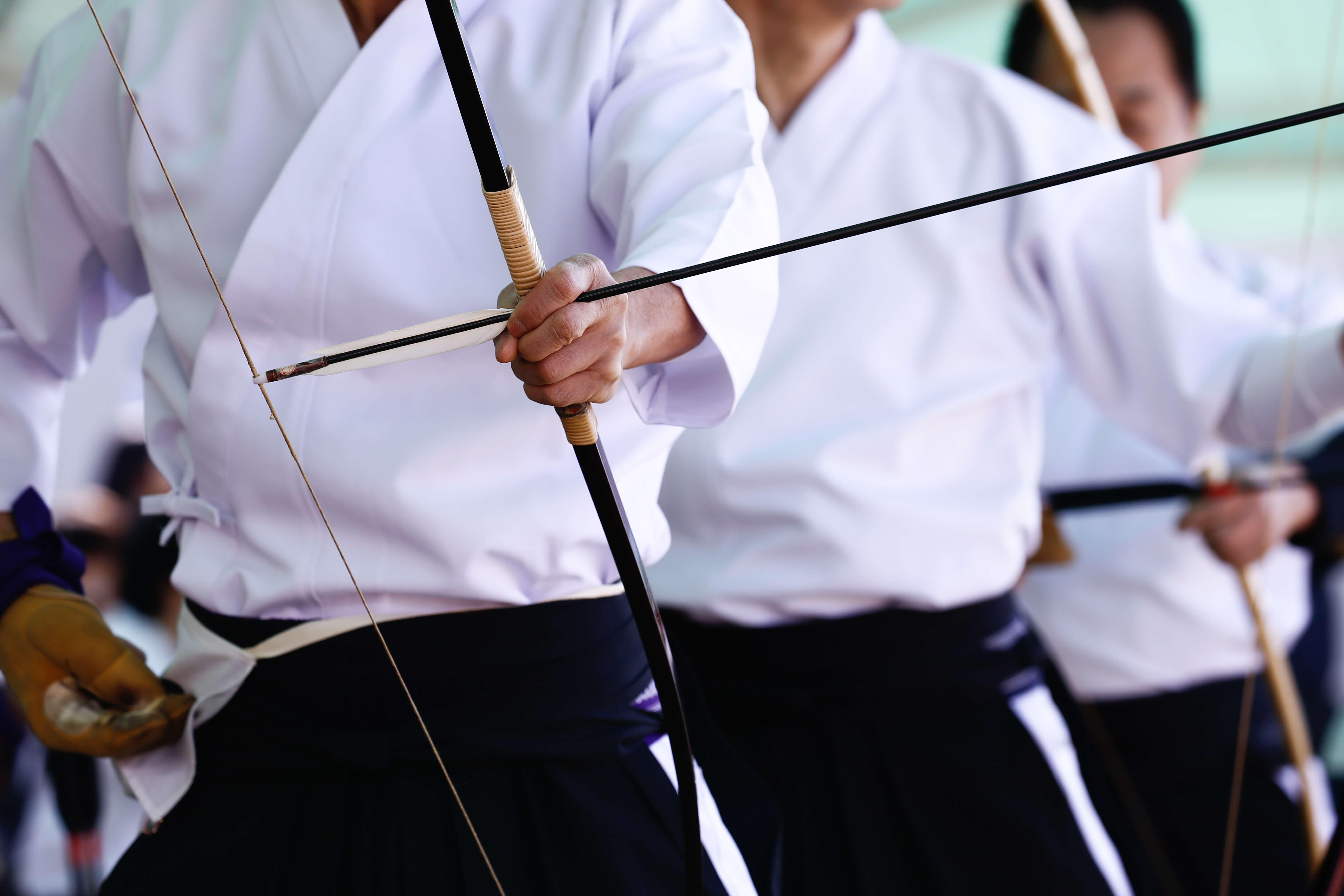 弓道をする人