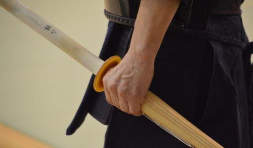 竹刀を持つ男性