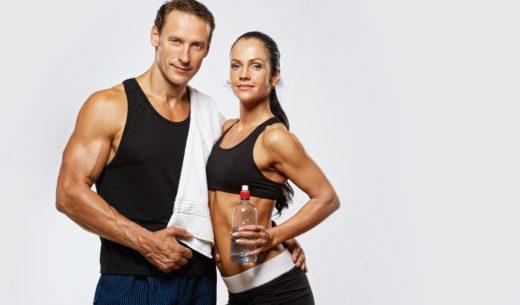 男性トレーナーと水分補給する女性