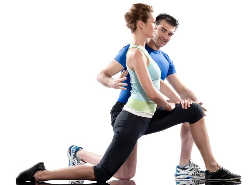 正しい姿勢を指導するトレーナー