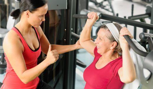 トレーナーとトレーニングする女性