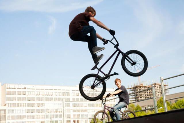 BMXでジャンプする少年