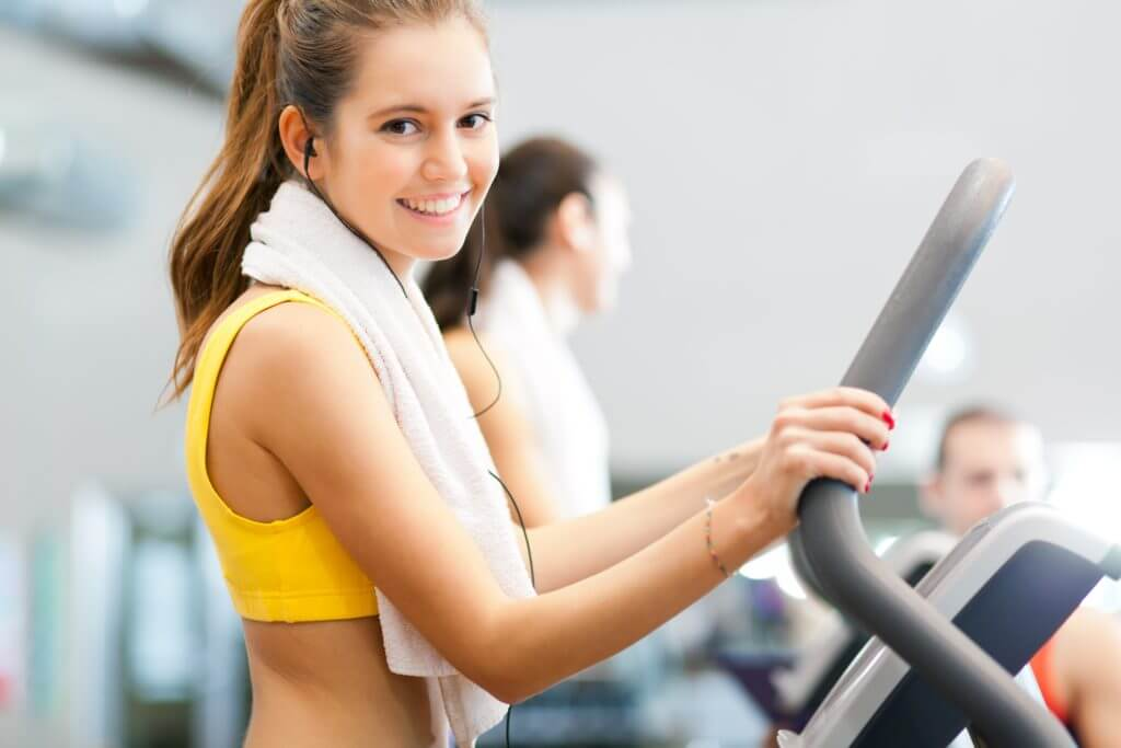 マシンでトレーニングする女性