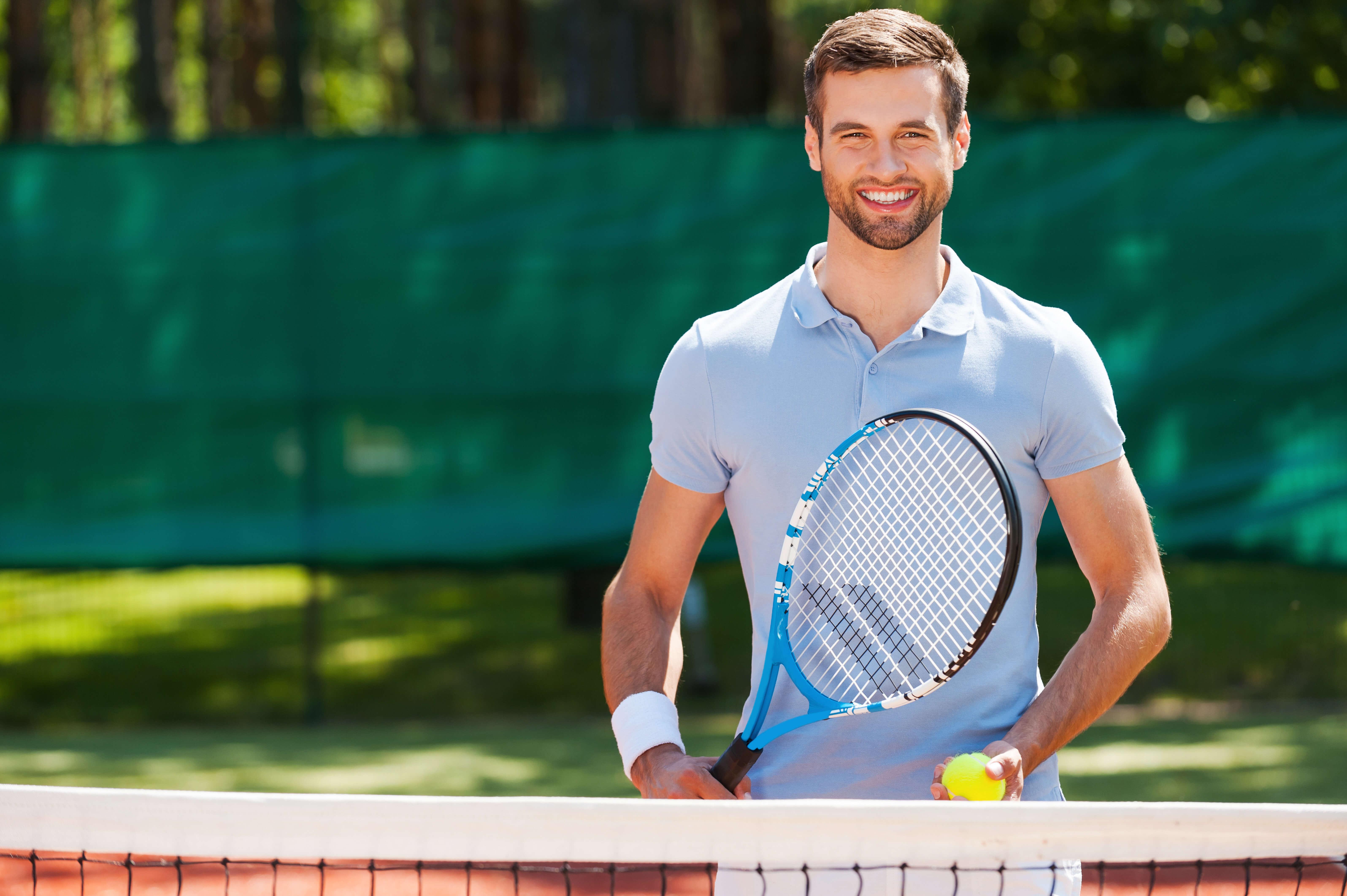 テニスウェアを着た男性