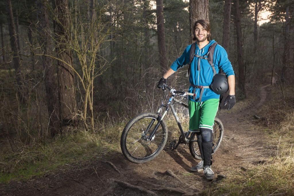自転車プロテクターをつけた男性