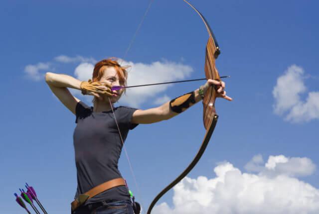 アーチェリーで的を射る女性