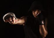 キックボクシングのバンテージを巻いた男性