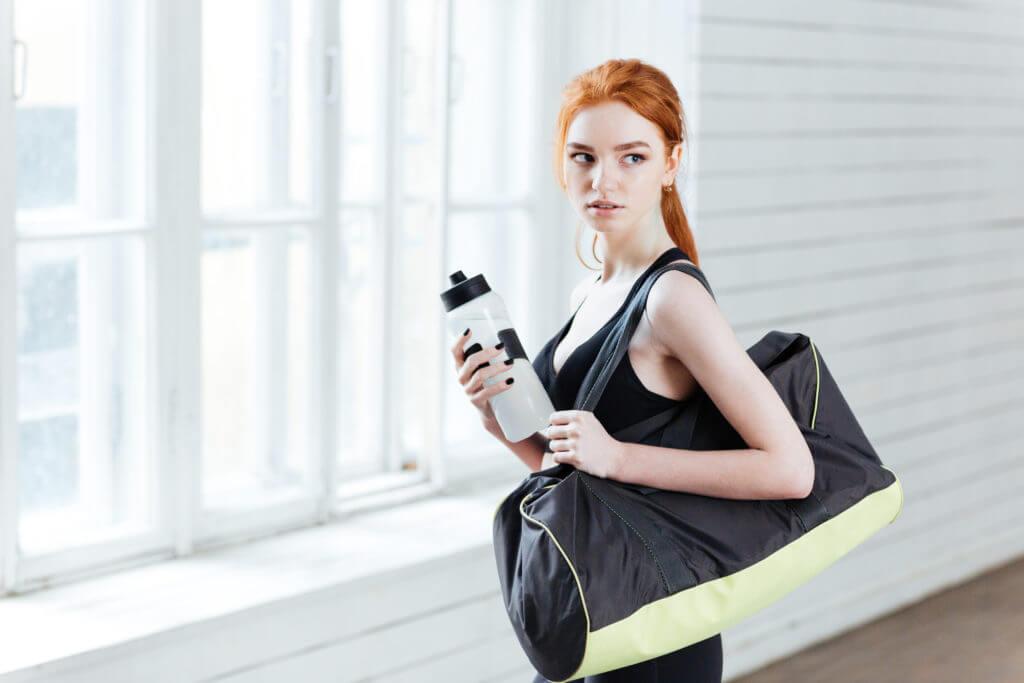スポーツバッグを持つ女性