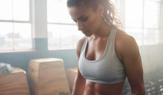 トレーニング中に休憩する女性