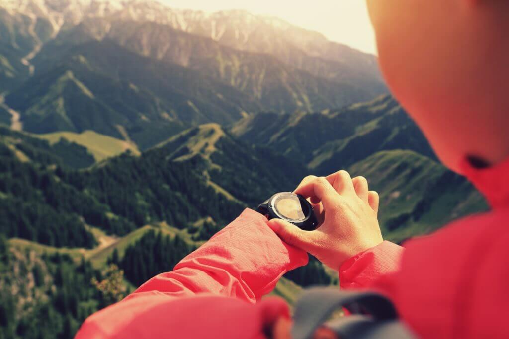 高度計を見る登山家