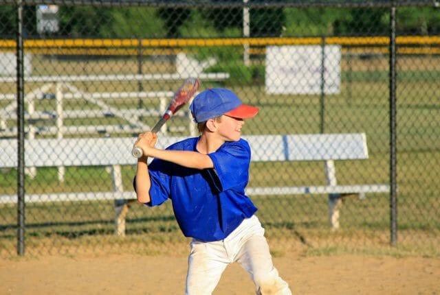 野球を練習している少年