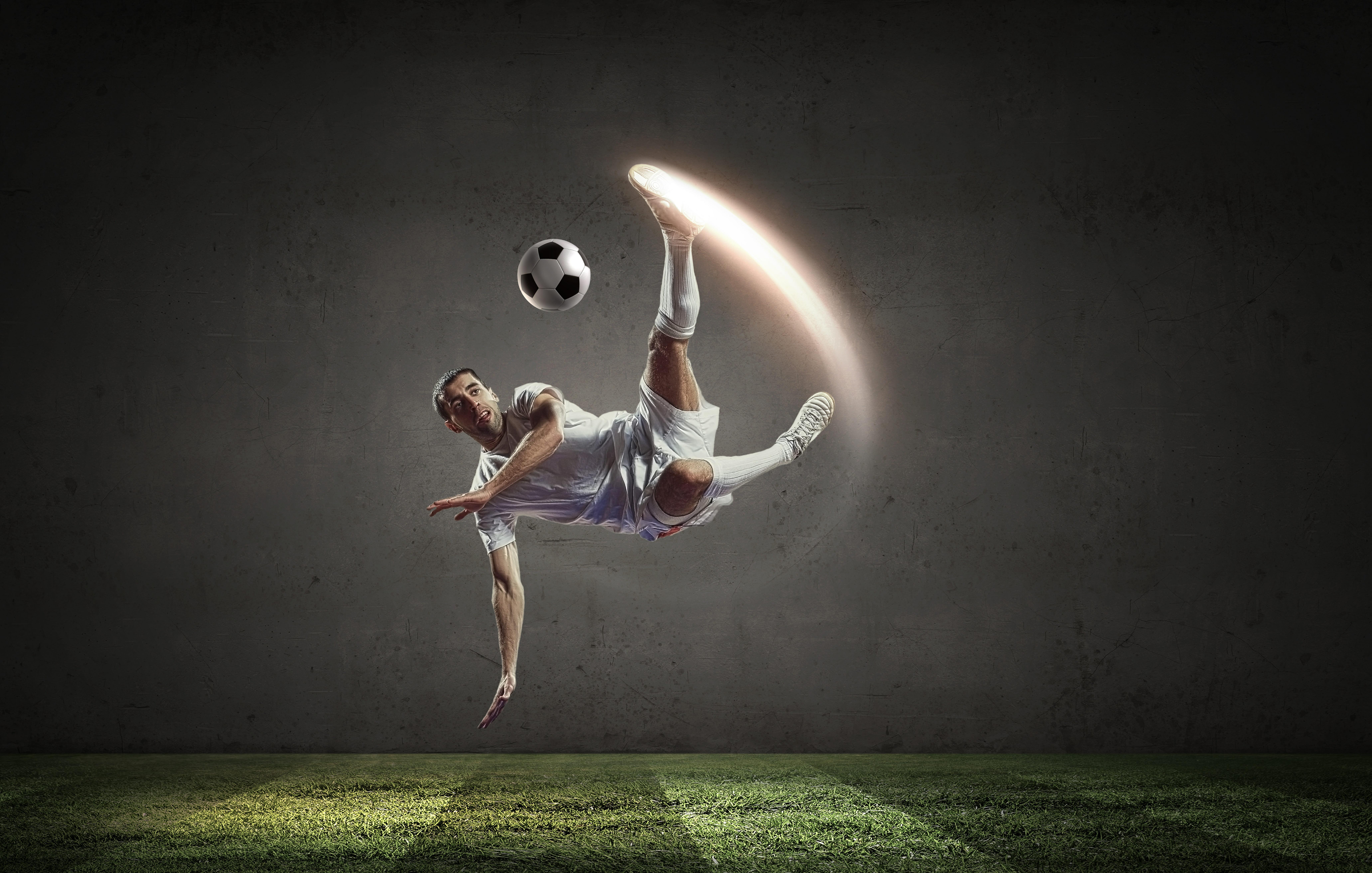 ゴールを打つサッカー選手