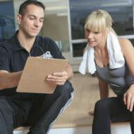 トレーニングメニューを見る女性