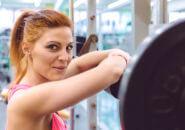トレーニングに休憩する女性